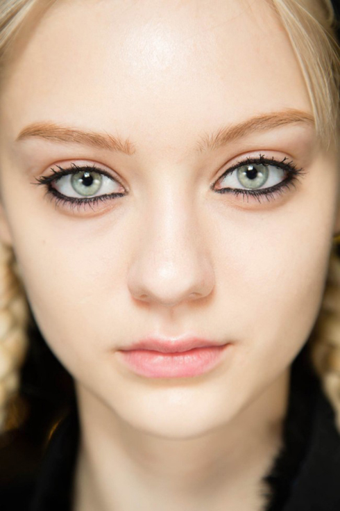 <strong>Đường viền cả mí trên và mí dưới</strong><br /><br /> Phù hợp với những đôi mắt trung bình, to hoặc mắt hình hạnh nhân. Không thích hợp với người mắt nhỏ vì viền đen cả 2 mí làm mắt trông nhỏ hơn nữa. <br /> <br />Nếu 2 mắt bạn cách xa nhau, bạn có thể tô đậm phần hốc mắt và không vẽ đuôi mắt dài ra. Như vậy sẽ tạo được hiệu ứng thu hẹp khoảng cách giữa 2 mắt lại.
