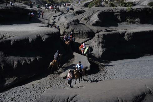 Biển cát đen với diện tích hơn 5.000 hecta dưới chân núi Bromo