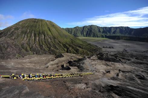Cảnh quan nhìn từ miệng núi lửa Bromo
