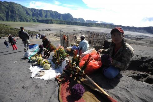 Gian hàng bán hoa và lễ vật dành cho người Hindu cúng tế