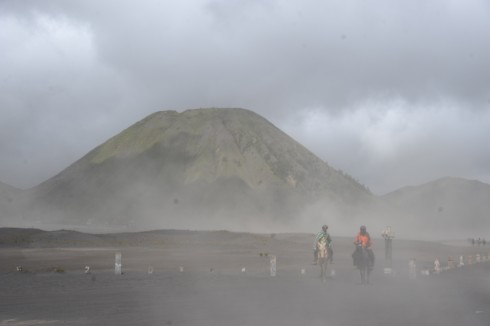 Gió kèm theo cát đen rất mịn là một nỗi ám ảnh trong hành trình chinh phục Bromo