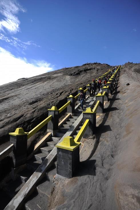 Để đảm bảo an toàn, 245 bậc thang được xây dựng kiên cố nối lên miệng núi lửa