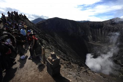 Sau mỗi tiếng gầm gừ rung chuyển nham thạch, từng đợt khói trắng không ngớt trong lòng núi phun ra