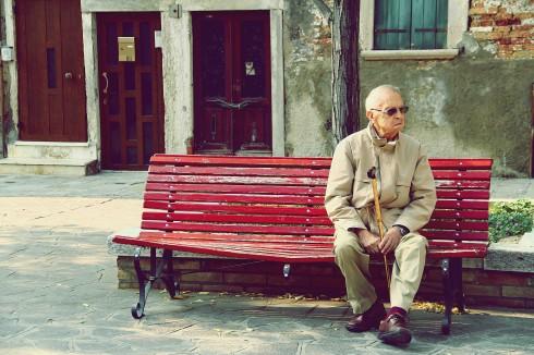Người đàn ông trên chiếc ghế băng đỏ ở đảo Murano.