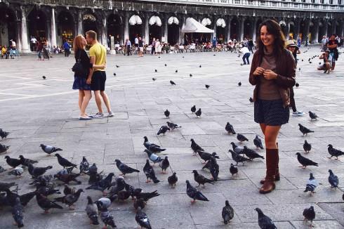 Khách nước ngoài cho chim bồ câu ăn ở San Marco.