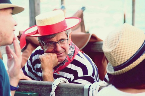 Vẻ trầm ngâm của người lái Gondola thành Venice.