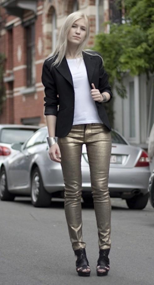 1. Nếu muốn chọn quần áo metallic cho những sự kiện ban ngày, bạn có thể chọn màu sắc ánh kim theo tông màu nhã (như vàng nhạt, màu bạc, màu đen…) và kết hợp với những màu trung tinh như trắng, đen, màu da… Đối với trang phục ban ngày, tốt nhất bạn chỉ nên chọn áo, hoặc quần, hoặc váy theo màu metallic, những phần còn lại của bộ trang phục nên là vải trơn và ít hoạ tiết.