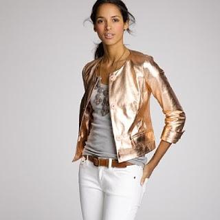 3. Quần áo ánh màu kim loại thật ra khá dễ phối hợp với rất nhiều màu sắc khác. Một chiếc áo tank top ánh kim màu hồng đậm hay màu nâu khi mặc cùng quần skinny jeans sẽ làm nên một bộ trang phục đi chơi buổi tối hoàn hảo.