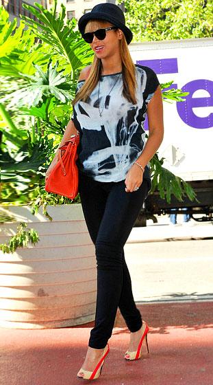 Ca sĩ Beyonce với đôi cao gót color-block.