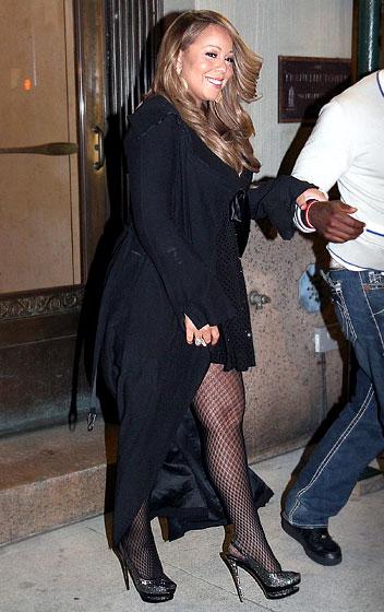 Dù đang mang song thai trong bụng, ca sĩ Mariah Carey vẫn diện váy siêu ngắn và giày gót nhọn.