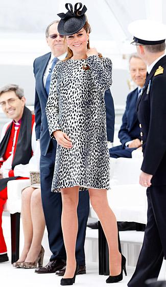 Công nương Kate Middleton công du trên đôi giày cao gót khi đã bước vào tháng thứ 8 của thai kỳ.