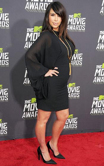Kim Kardanshian diện giày gót nhọn đến tham dự MTV Movie Awards 2013 khi đang mang thai được 7 tháng.