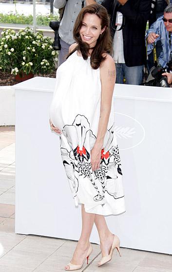 Angelina Jolie ngọt ngào và quyến rũ trên đôi giày cao gót dù cho song thai trong bụng cô đã gần đến ngày chào đời!