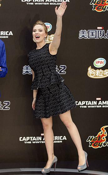 Bà mẹ quyến rũ nhất của năm nay, Scarlett Johansson trên đôi gót cao của Louboutin tại lễ ra mắt phim Captain America 2 vào tháng 3/2014.