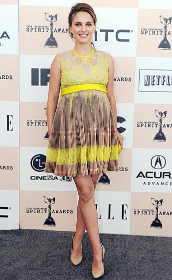 Natalie Portman, khi em bé trong bụng cô đã được gần 7 tháng, vẫn không ngại mang giày cao gót tham dự sự kiện.