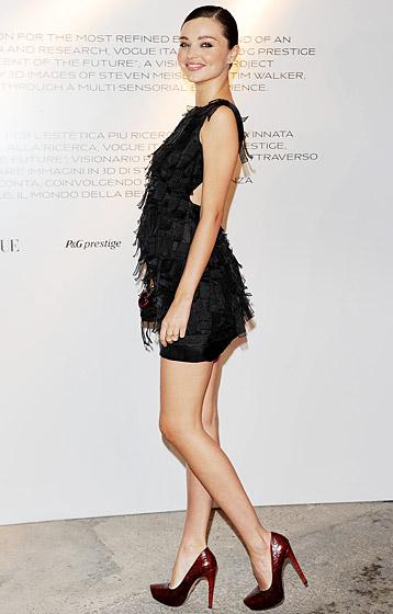 Một trong những phụ nữ mang thai quyến rũ nhất hành tinh - thiên thần Victoria's Secret Miranda Kerr tham dự Milan Fashion Week trên đôi cao gót 15cm.