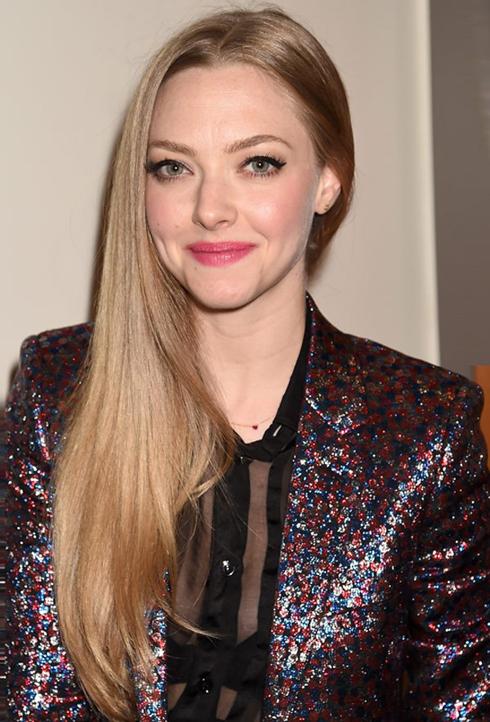 Amanda luôn thích kiểu trang điểm phong cách Pháp: môi và má phải thật tươi tắn như cánh hoa hồng, và hàng mi dày cong vút. Màu tóc nâu ánh kim đang là màu rất được sao phương Tây ưa thích vào mùa Xuân Hè 2014.