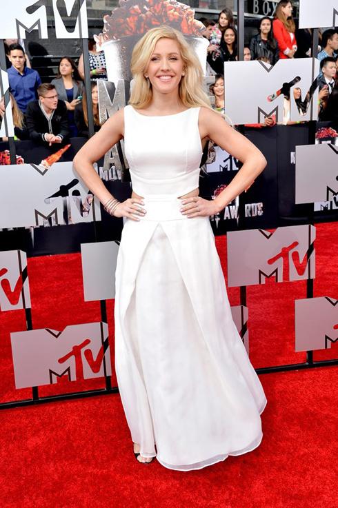 Ca sĩ Ellie Goulding lựa chọn trang phục an toàn: Đầm dạ hội trắng đơn giản mà thanh lịch.