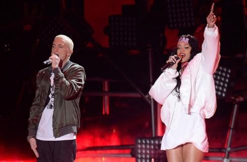 Rihanna biểu diễn cũng Eminem trên sân khấu MTV Movie Awards.