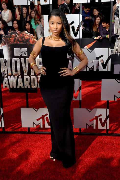 Nicki Minaj khiến fan rất bất ngờ với phong cách giản dị và thanh lịch lần này: chiếc đầm đen đơn giản ôm sát của  Alexander McQueen.