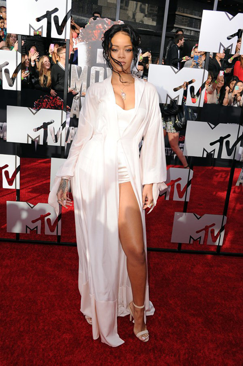 Best dress năm nay hoàn toàn thuộc về Rihanna, với chiếc đầm mang hơi hướng slip dress cực kì nổi bật của Ulyana Sergeenko.