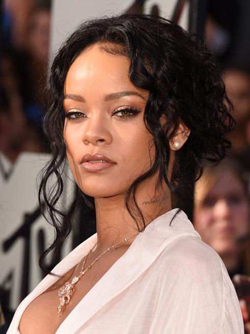 Rihanna đã vẽ mắt thật đậm với hàng mi dày cong vút làm tôn lên đôi mắt màu nâu mật của cô.