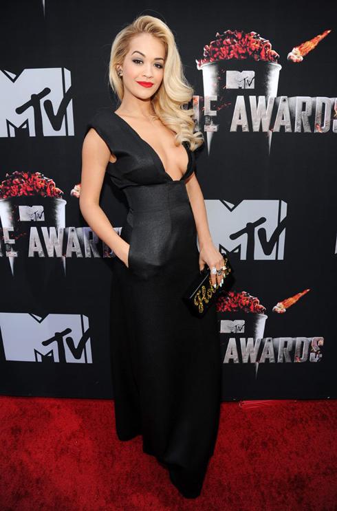 Ca sĩ Rita Ora cũng chọn một chiếc đầm dạ hội đen với đường cắt táo bạo nhưng vẫn sang trọng và yêu kiều của Barbara Casasola.