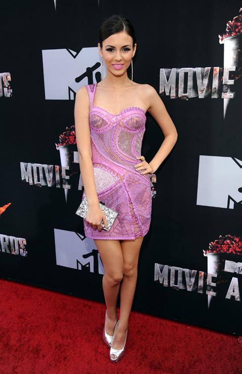 Nữ diễn viên trẻ Victoria Justice trong chiếc đầm tím đính đá sang trọng, cùng chiếc cluch ánh kim tinh tế.