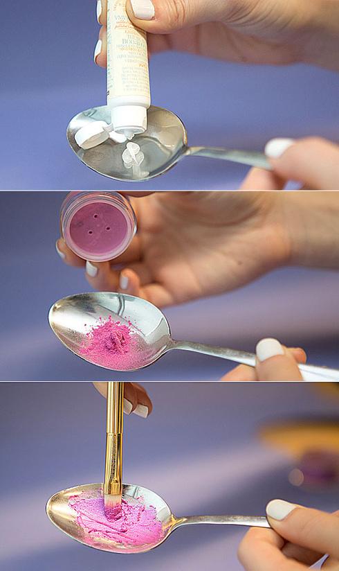 10. Tạo son môi từ phấn mắt  Nếu bạn quá say mê một màu phấn mắt nào đấy mà không tìm được màu son đồng bộ, thì đây sẽ là bí quyết cho bạn. Hãy trộn bột phấn mắt với vaseline hoặc sáp dưỡng môi dạng sệt để tạo ra màu son như ý.