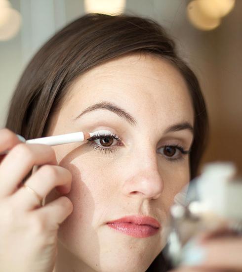 2. Để phấn mắt thêm rực rỡ   Hãy dùng chì kẻ mắt màu trắng để tạo thành một lớp lót trên mí mắt. Lớp lót này chẳng những giúp màu mắt lâu phai mà còn giúp phấn mắt lên màu rực rỡ nổi bật hơn màu gốc.
