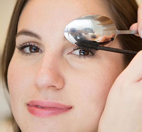 5. Uốn cong mi không cần kẹp bấm Đặt chiếc thìa sát trên lông mi rồi chải mascara cho lông mi uốn cong theo chiếc thìa. Cách này còn ngăn mascara không lem lên mí mắt trên của bạn.