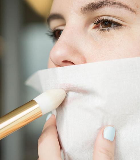 9. Tạo màu son lì (matte) và giúp son lâu trôi Sau khi thoa son lên môi, đắp một lớp khăn giấy mỏng lên môi rồi phủ phấn bột không màu (hoặc phấn phủ trong suốt) lên môi.