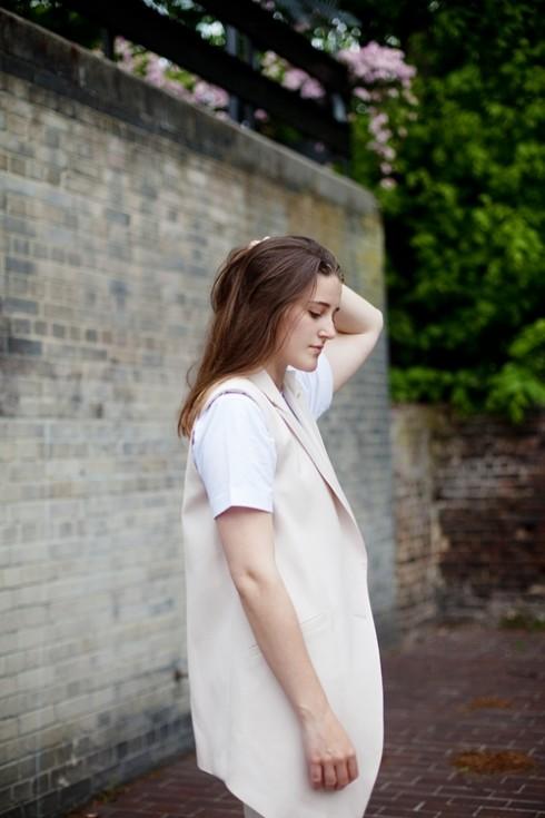 10. Charlie May<br/>Chiếc áo vạt dài của Charlie May tạo cho bạn phong cách riêng ấn tượng.