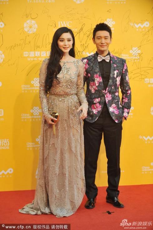 Trong trang phục của Elie Saab Couture, Phạm Băng Băng lại thể hiện phong  cách quyến rũ và thanh lịch, sánh bước cùng cô là nam diễn viên Huỳnh Hiểu Minh.
