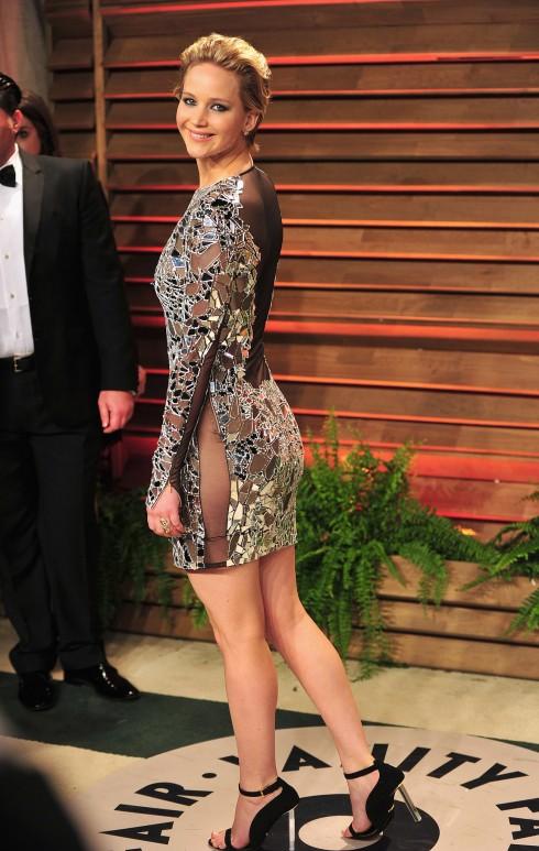 Jennifer Lawrence thu hút ánh hìn với chiếc đầm ngắn của Tom Ford tại bữa tiệc Oscar lần thứ 86.