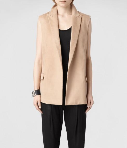 8. All Saints <br/>Chiếc áo màu be của All Saints có thể phối với nhiều loại trang phục khác nhau để tạo phong cách riêng.