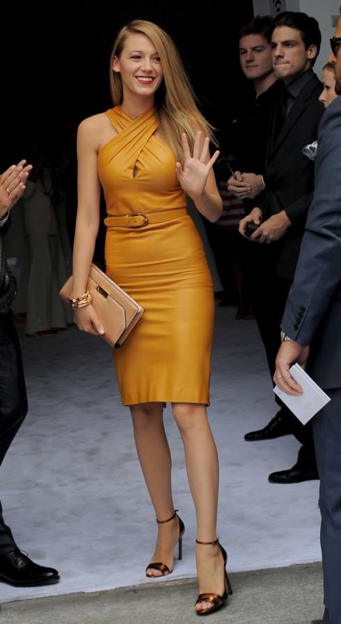 Blake Lively mặc chiếc đầm bó gợi cổ chéo gợi cảm của Gucci tại tuần lễ thời trang Milan.