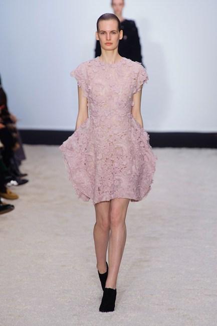 Đầm voan màu hồng nhạt đính hoa vải của Giambattista Valli.