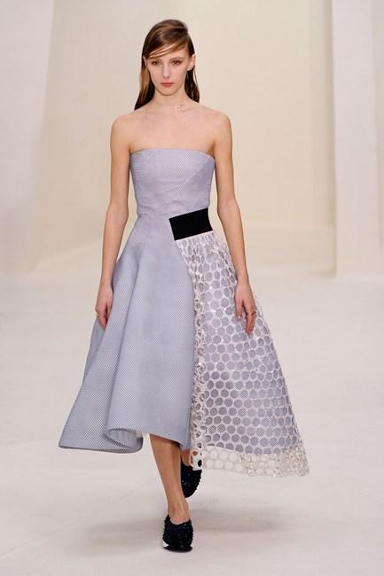 Đầm cúp ngực với chân váy xòe phối ren lưới ấn tượng của Christian Dior Haute Couture.