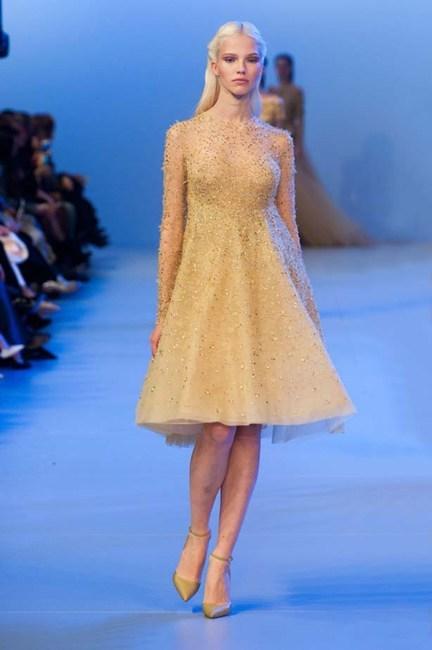 Chiếc đầm vàng nhạt đính pha lê lung linh của Elie Saab Haute Couture.