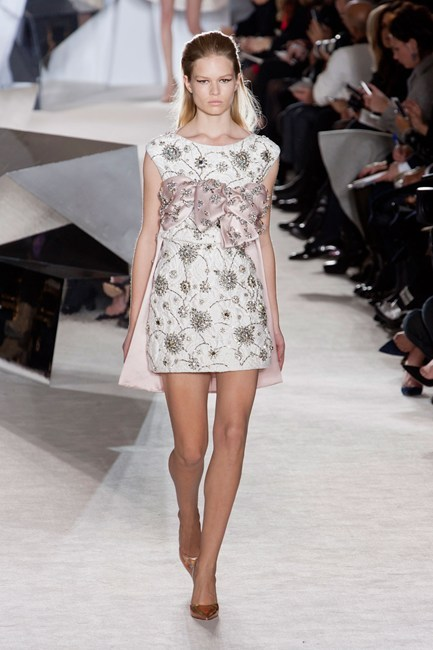 Đầm trắng với họa tiết hoa độc đáo của Giambattista Valli Haute Couture.