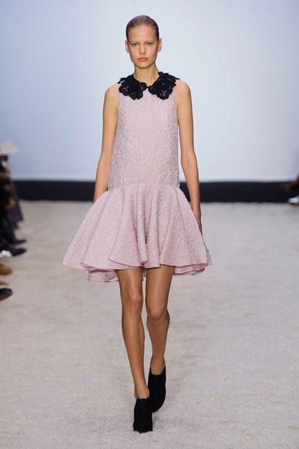 Đầm suông thân trên và phần chân váy xòe, với cổ áo thêu ren đen tinh tế của Giambattista Valli.
