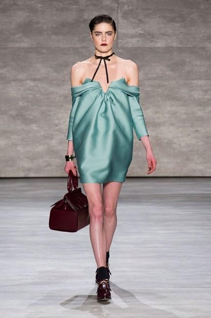 Đầm vai trần màu xanh bạc hà của Zimmermann.