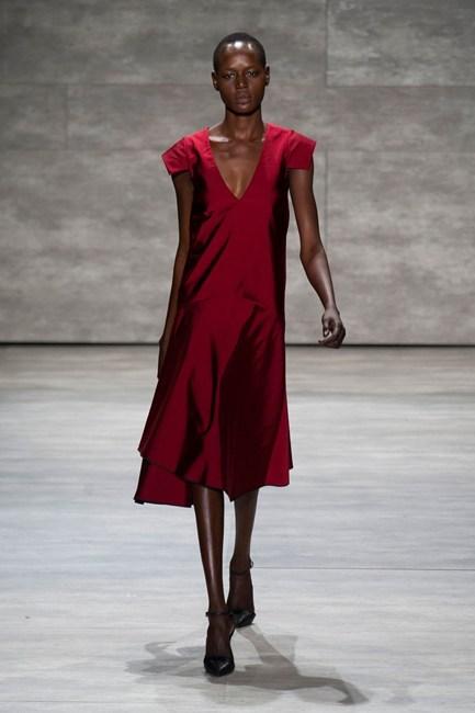Đầm kiểu dáng cổ điển với màu đỏ ruby sắc sảo của Tome.
