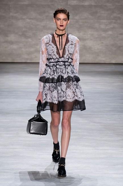 Đầm theo phong cách gothic phối voan lụa đen và ren trắng sang trọng của Zimmermann.