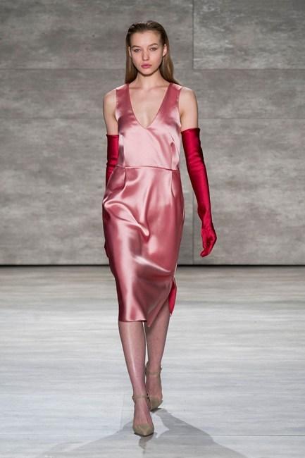 Chiếc đầm lụa màu hồng duyên dáng của Tome.