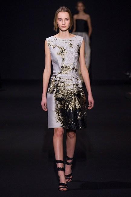 Đầm vải phi bóng cổ điển của Alberta Ferretti.