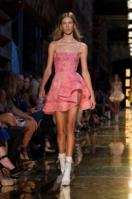 Đầm hồng trẻ trung quyến rũ của Alex Perry.