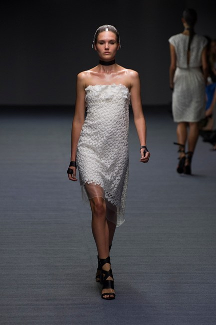Đầm ren trắng thanh lịch của Carla Zampatti.