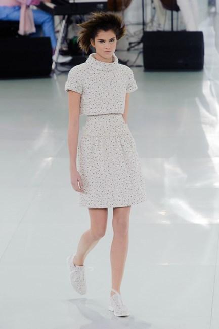 Đầm cổ lọ dịu dàng của Chanel Haute Couture.